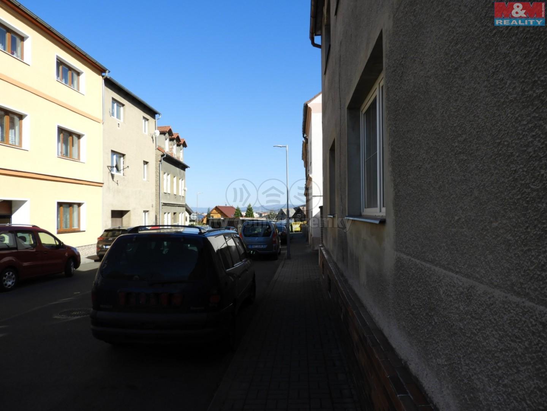 před domem