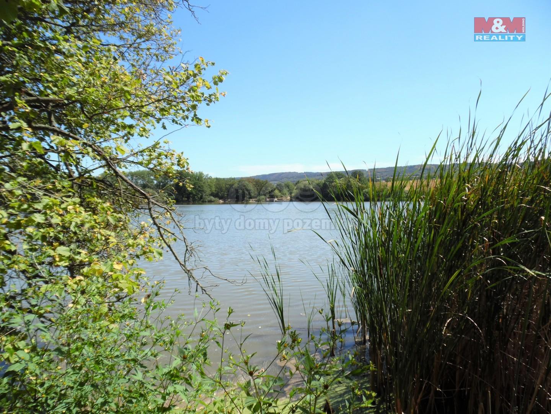 okraj pozemku až k rybníku (Prodej, stavební pozemek, 2517 m2, Liteň), foto 1/28