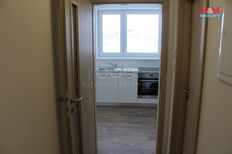 pohled z chodby do kuchyně