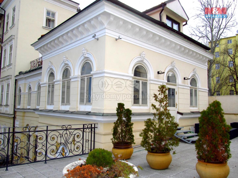 umístění bytu ve dvorním traktu (Pronájem, atypický byt, 5+kk, Praha, 234 m2, ul. Mezibranská), foto 1/36