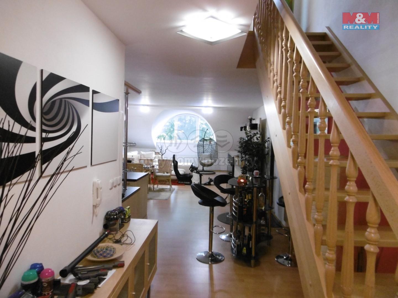 2. NP - vstup do obývacího pokoje s KK a schodiště do 3. NP do ložnice