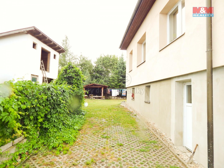 Pohled podél domu