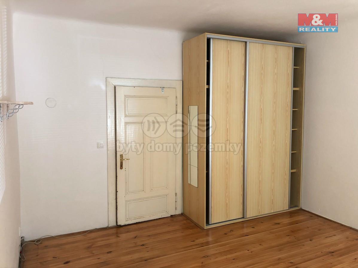 Obývací pokoj, pohled na úložné prostory