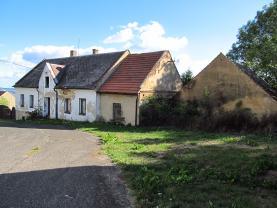 severní průčelí domu, obecní cesta (Prodej, rodinný dům, 10 místností, 1360 m2, Mukařov), foto 3/11