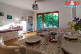 Obývací pokoj s kuchyňským koutem (Prodej, byt 1+kk, 44 m2, OV, Praha 3 - Rezidence Vítkov), foto 2/16
