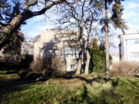 pohled ze zahrady (Pronájem, kancelářské prostory, 550m2, Praha 10 - Vršovice), foto 2/25