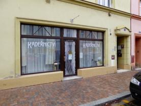 vchází se přímo z ulice (Pronájem, komerční prostor, 42 m2, Litoměřice, ul. Palachova)