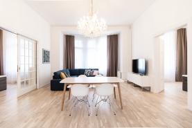 Obývací pokoj + KK (Pronájem, atypický byt, Praha 1- Nové Město, ul. Spálená), foto 2/30