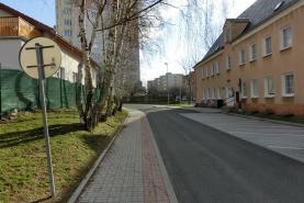 okolí domu (Prodej, byt 2+1, 55 m2, Litvínov, ul. Alešova), foto 3/10