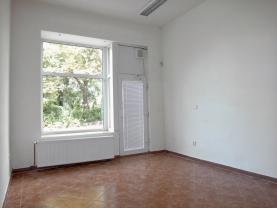 pohled na kancelář s výlohou (Retail premises for rent, Ústí nad Labem)