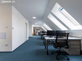 Kancelář je prosvštlena velkými střešními okny (Pronájem, kancelářský prostor, 92 m², Brno, ul. Šmídkova), foto 3/6